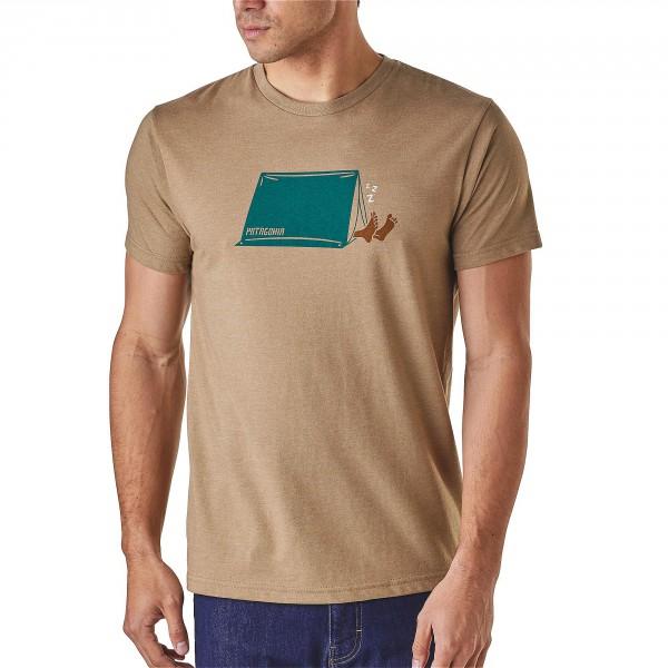 Patagonia_39055_Napping-Camper_Mens-T-Shirt_Mojave-Khaki angezogen vorne