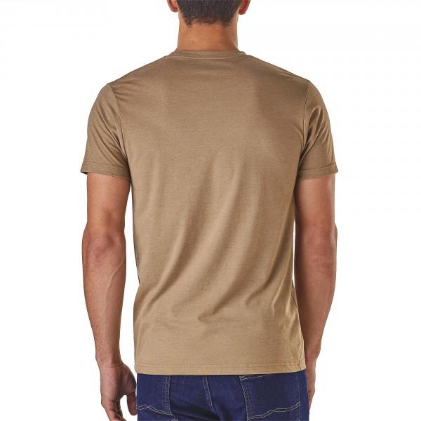 Patagonia_39055_Napping-Camper_Mens-T-Shirt_Mojave-Khaki angezogen hinten